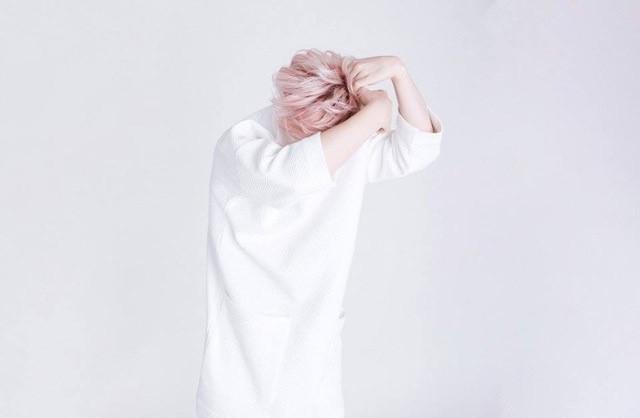 Fehér ruha - rózsaszín haj